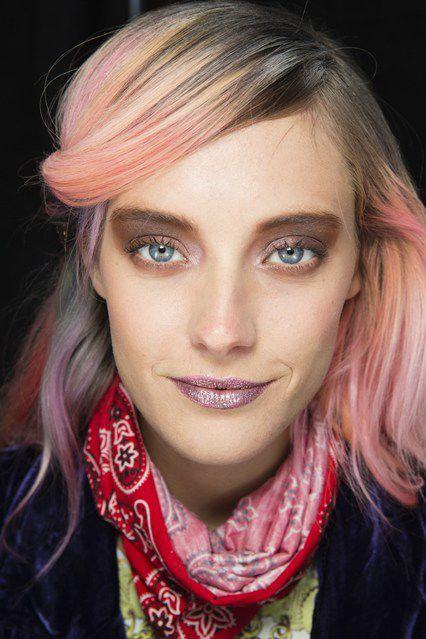 2020 En Güzel Saç Renkleri ve Saç Modelleri Turuncu Yandan Toplu Saç