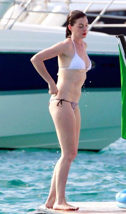 Anne Hathaway Denize Bile Kırmızı Rujla Giriyor