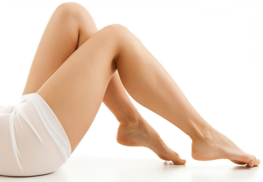 Bacaklarınıza çok az parlak allık uygulamak onları daha ince ve zarif gösterir. Victoria's Secret melekleri de aynı hileyi uyguluyor.