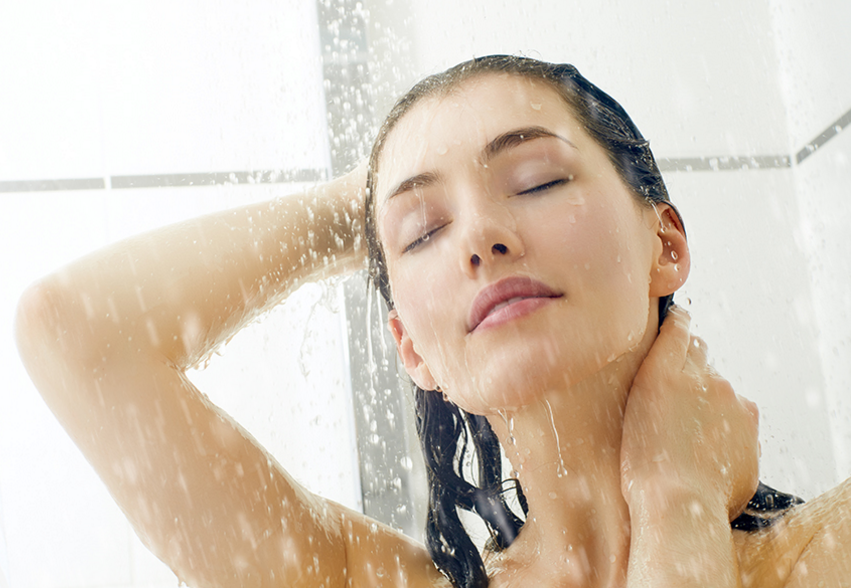 Daha yumuşak bir cilt için, banyo suyunuza bir kaç damla E vitamini yağı damlatın. Hatta varsa, yaralarınızın bile daha çabuk kapandığını göreceksiniz.