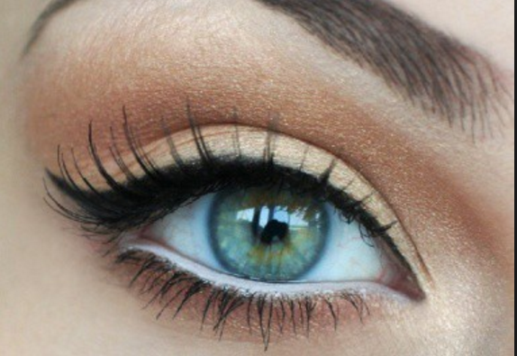 Gözünüzün iç kısmına beyaz göz kalemi uygulamak gözdeki kızarıklıkları gölgeler ve onların daha az fark edilmesini sağlar.