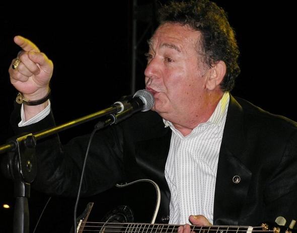 Türk müziğine unutulmaz şarkılar kazandırmış söz yazarı ve besteci Kayahan 3 Nisan 2015`te 66 yaşında aramızdan ayrıldı.