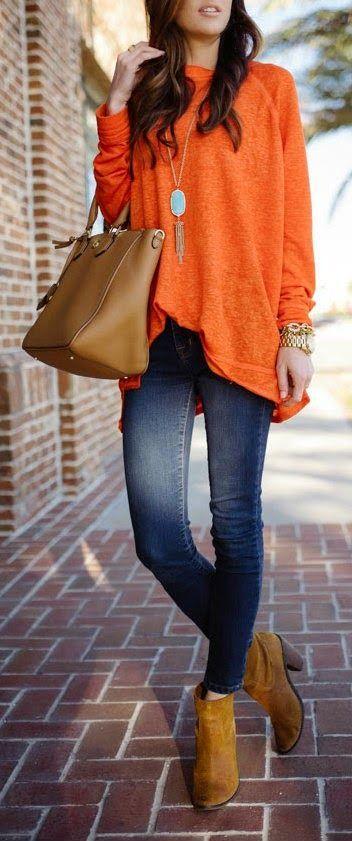 Rahat ve aynı zamanda şık bir görünüm elde etmek için düz renkli kazağınızı dar paça bir pantolonla kombinleyin