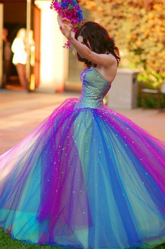 Rengarenk nişan elbisesi