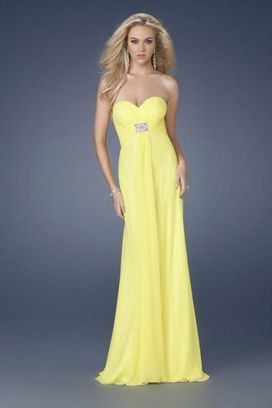 Straplez sarı nişan elbisesi