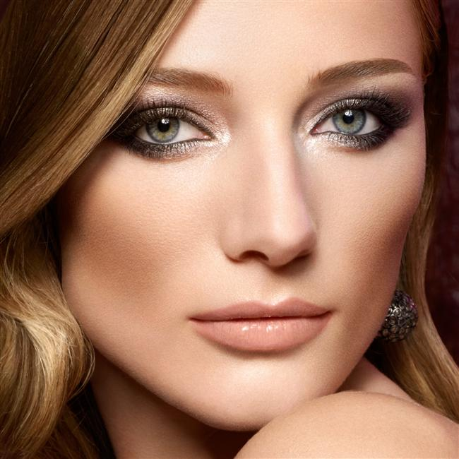 Gözlerinizdeki kırmızı çizgilerden kurtulmak ve daha parlak bir göz için göz damlası kullanın. Kan çanağı gözler güzel bir resmi berbat edebilir.