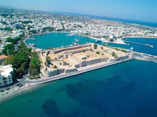 Kos Adası-Asclipieion, tarihi pazaryeri, hamamlar, Müzik akademisi, tiyatrosu, Casa Romana, eski tapınaklar, Bizans kaleleri ve kiliseleri, ortaçağ kaleleri ve binaları ile tam bir mimari cennettir Kos Adası