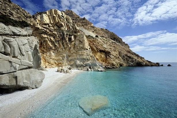 Nas, Icaria Adası-Tapınağın olduğu bölgede oturup körfezi ve büyülü gün batımını izlemek günümüzde bile insanlara ilham verecek güzelliklere sahiptir