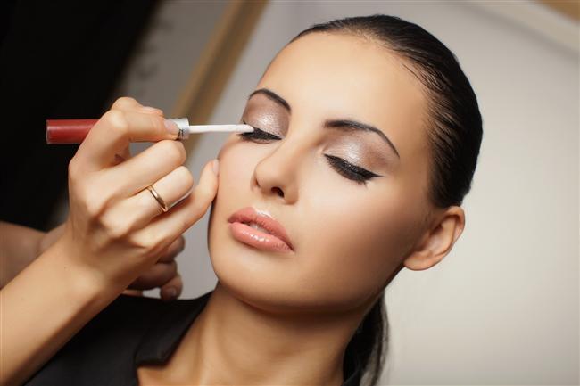 Siyah renkteki düzgün çekilmiş bir eyeliner ve siyah bir rimel gözlerinizi vurgulayacak ve mükemmel bakışlar elde etmenizi sağlayacaktır
