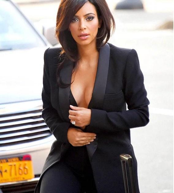Kim Kardashian'ın Dekolte Sırrı