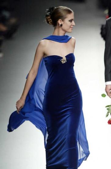 en-guzel-kadife-abiye-elbise-modelleri-44
