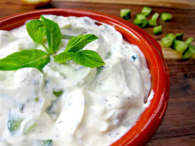 >Selülit Diyeti 5. Gün    Sabah: Uyandığınızda ilk iş olarak ılık suya limon ve bal ekleyip için, 2 adet salatalık, 3 dilim beyaz peynir, 2 adet kepekli etimek  Ara öğün: 5 adet erik  Öğle: bol limon ve yeşillikli salata, 4 adet orta boy ızgara köfte  Ara öğün: meyveli tarçınlı kek, diyet yoğurtlu cacık  Akşam: 2 adet salatalık, iç baklalı enginar, 4 kaşık bulgur pilavı  Gece: tarçın ve fındıklı meyve salatas