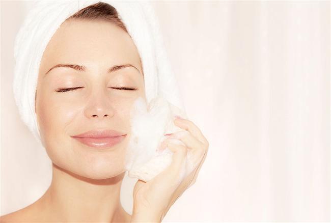 İngiliz Karbonatı Nedir & Karbonat doğal bir peeling malzemesidir. İngiliz karbonatını sulandırarak yüzünüze hafifçe masaj uygulayabilirsiniz. Masajı yaparken fazla bastırmamaya gayret edin. Cilt çok kuruysa da fazla durulamanız gerekebilir.