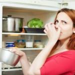 Buzdolabınızı uzun zamandır temizleyemediyseniz ve içindeki kötü kokudan da şikayetçiyseniz geçici bir çözüm olarak karbonatı kullanabilirsiniz. Bir kase karbonatı buzdolabının bir köşesine koyup 4-5 gün arayla karıştırın. Karbonat, hem buzdolabındaki kokuları emecek, hem de meyve ve sebzelerin daha uzun süre dayanmasını sağlayacaktır.