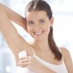 İngiliz karbonatını deodorant olarak da kullanabilirsiniz. Koltukaltına sürülen karbonatın ter kokusunu önleme gibi bir mahareti de var. Aşırı terleme sorununuz varsa, macun haline getirilmiş sirke ve karbonatı banyo bitiminde koltuk altlarınıza masaj yaparak yedirebilir ve hatta yumuşak kıllı bir fırça yardımıyla fırçalayabilirsiniz. Bu yöntemi uyguladığınızda, deodorant kullanımına dahi gerek kalmayacaktır. Karbonatı eğer gündüz kullanacaksanız kıyafetlerin kol altında renk değişimi yapabilir, dikkatli olun.