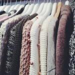 Kışlıklarınızı yahut her zaman giymediğiniz kıyafetlerinizi sakladığınız gardrop bölmelerinde naftalin kokusunu sevmiyorsanız, dolabın bir köşesinde kapağı açık kavanozda karbonat bulundurabilirsiniz
