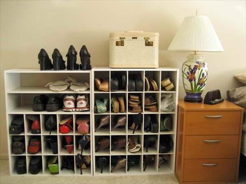Vestiyer, gardrop, ayakkabı dolabı, buzdolabı gibi koku oluşumuna yatkın bölgelere koyacağınız bir miktar karbonat kötü kokuları emecektir.
