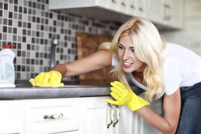 Mutfak tezgahlarınızın fayans ve mermerlerini limonlu karbonatla ovmayı denediniz mi? Son derece iyi ve doğal bir temizleyicidir