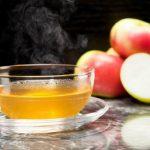 Elma çayı İsteğe göre içerisine tarçın gibi çeşitli baharatların da eklenebildiği elma çayı, tatlı ama bir yandan da ekşimsi tadı, içerdiği vitaminlerin çeşitliliği ve kalori yakmayı hızlandıran yapısıyla bilinir