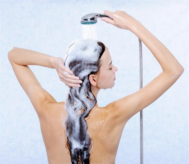 Saçımın boyası hemen akıyor    Kına, boya, ya da geçici boya, mutlaka her yıkamada biraz kan kaybediyor. Bunu engellemek için son durulama suyuna bir miktar sirke karıştırın. Ekşi, boyanın akmasını engelliyor.