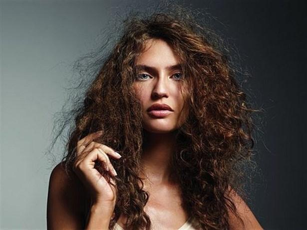 Saçlarım çok elektrikleniyor    Saçların elektriklenmesi çeşitli nedenlere bağlı. Ancak en önemli neden, yanlış yıkama ve tarama. Saçınızı çitileyerek yıkıyorsanız, elektriklenmesi ve kabarması normal. Aynı zamanda metal saç fırçaları ve kuru fırçalama saçı elektriklendiriyor. Kullandığınız saç fırçası kıldan ya da ahşaptan olmalı. Bunu önlemek için saçınızı yumuşak bir şekilde yıkayın. Tarama aşamasında ise fırçaya bir miktar saç kremi sürün. Krem, saçın elektriklenip kabarmasını önler.