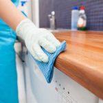Mutfak Tezgahını Temizlemek İçin    Mutfak tezgahının lekesiz olması ve mis gibi kokması içinyarım limon suyu ve bir çay kaşığı tuz karıştırılmış suyla silmeyi deneyin. Bütün lekelerin çıktığını göreceksiniz.