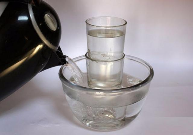 Mutfakta Pratik Bilgiler: Sıkışan Bardakları Çıkarmak İçin    Bardakları bir kaba koyup üzerine kaynar su dökerseniz, bardakların çabucak çıktığını göreceksiniz