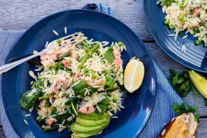 Pilav aşıklarına müjde, kalorilerinizi düşünen bir salata var! Hem de pirinçli. Tamam tereyağlı pilavın yerini tabii ki de tutmaz! Ancak yine de yaz geçene kadar hevesinizi geçirebilir. Malzemeler * 200 gr. somon balığı dilimi * 200 gr. pirinç * 1 su bardağı bezelye * 1 kase kiraz domates * 10 yaprak fesleğen * 15 adet çekirdeği çıkarılmış zeytin * 1 tatlı kaşığı zeytinyağı * 1 adet limon suyu * 1 çay kaşığı tuz,karabiber * 1 kase maydonoz Pirince su ve tuz ekleyerek pişirin. Diğer tarafta somonları küçük doğrayın. Maydonoz, fesleğen, limon suyu, bezelye, zeytinyağı, tuz ve karabiber ekleyip karıştırın. Pişen pirincin içine ekleyin. Yağladığınız kek kalıbına döküp ters çevirin. Üzerine kiraz domates ve zeytinle süsleyerek servis yapın.