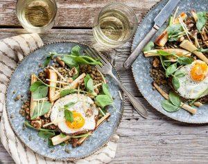 Proteini yüksek salata sporcuların hayali İlk olarak mercimekleri haşlayın. Daha sonra karışık taze otlarla harmanlayın. Yaban havuçlarını ya da yaban turplarını biraz ızgara edin ve mercimeklere ekleyin. İçerisine biraz kimyon, tuz, karabiber ve zeytinyağı ilave edin. Son olarak üzerine bir yumurta ekleyin.