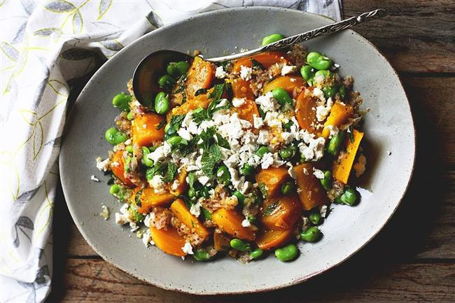 Tazecik baklalardan salata yapmaya ne dersiniz?    Pancarları biraz tuz ve zeytinyağı ile fırına atın, yumuşayana kadar pişirin. Daha sonra taze baklaları, pancarları bir kaba alın üzerine taze nane, tulum peyniri ve ceviz ekleyin.