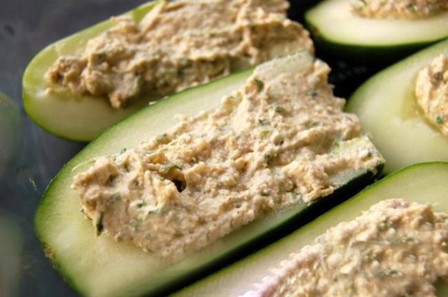 MAYONEZLİ CEVİZLİ SALATALIK    315 kalori    Hazırlama süresi: 15 dakika    1 kişilik    Gerekli malzemeler:    1 salatalık    2 çorba kaşığı mayonez    4 yarım ceviz içi    4 nane yaprağı    2 damla worcester sosu    Tuz    Hazırlanışı: Salatalığı soyup uzunlamasına ortadan ikiye kesin. Uç kısımlardan 2 cm bırakıp iç kısmını kaşıkla oyarak çıkarın ve doğrayın.Mayonez, doğranmış salatalık ve worcester sosunu bir kapta karıştırıp salatalık kayıklarına paylaştırın. Yarım çeviz ve nane yapraklarıyla süsleyip servis yapın.