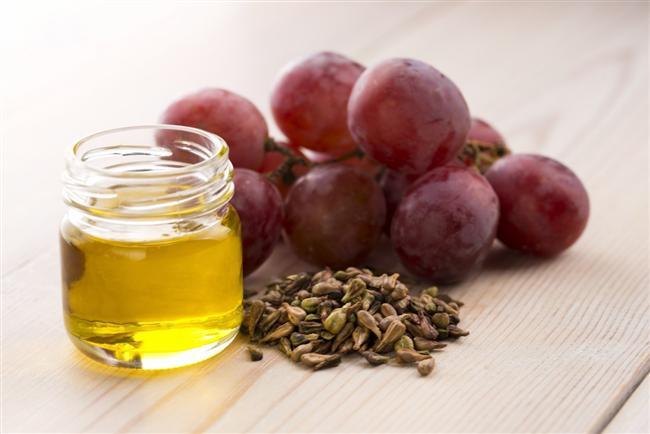 Üzüm çekirdeği yağı Doğal yağların içinde en hafif yapılı olanlardan biri üzüm çekirdeği yağı. Ürünlerinizin içerik listesinde Vitis Vinifera (Grape) Seed Oil olarak görebilirsiniz. Bu yağ üzüm çekirdeklerinin ezilmesiyle üretiliyor. Yapısında yüksek oranda antioksidanlar, fitobesleyici maddeler ve değerli bir yağ asidi olan linoleic asit bulunuyor. Çabucak emilen yapısı, ciltte çok az yağlı his bırakıyor. Cilt bakım ürünleri, yağ bazlı yüz serumları ve yüz yağlarında kullanılan üzüm çekirdeği yağı, yaşlandırıcı serbest radikal zararına karşı antioksidan özelliği nedeniyle formüllere ekleniyor. Gözenekleri tıkayarak sivilce gibi cilt sorunlarına neden olabilen maddelere komodojenik deniyor.