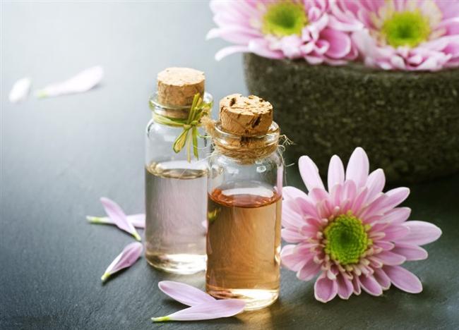 Doğal yağ ya da doğal yağ içeren ürünler alırken özellikle dikkat etmeniz gerekenler: * Bazı yağ bazlı yüz serumları, yağları ve yüz temizleyicileri yüzde 80 ile 100 oranında, değişik yağ birleşimlerinden yapılabiliyor. Bitkisel, botanik yağlarının hangisinin veya hangi karışımın iyi geldiğini cildinizin verdiği reaksiyona göre anlayabilirsiniz. * Doğal yağ içeren ürünlerin gerçekten doğal olduğunu anlamak için içeriğini dikkatli okuyun. Doğal yağların, mineral yağ gibi doğal olmayan yağlarla seyreltilmediğine dikkat edin. * Tek başına bir yağ veya yağ karışımını kullanmayı tercih ederseniz mutlaka en iyi kaliteli ürünü seçin.