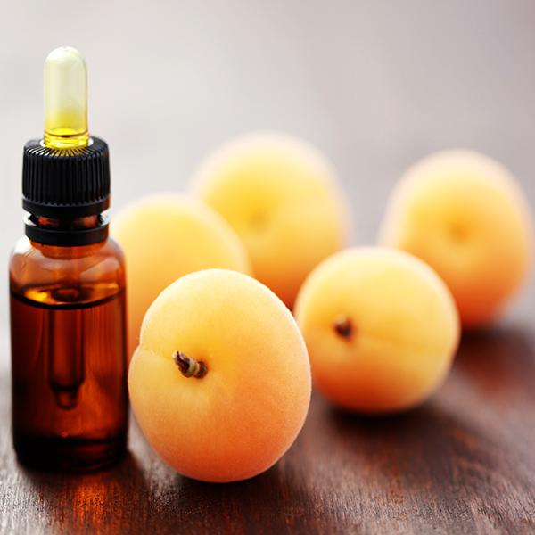 Kayısı çekirdeği yağı      Ülkemizde sıkça karşımıza çıkan kayısı çekirdeği yağı yurt dışında çok aranan değerli yağlardan biri. Çok hafif dokunuşlu, çabuk emilen bu doğal yağ hem A vitamini  hem de doğal yağ asidi oleik asit içeren bir yapıya sahip. Besleyici ve yumuşatıcı özellikleriyle tüm cilt tipleri tarafından kullanılabilir. Ürünlerin içerik listesinde Prunus Armeniaca (Apricot) Kernel Oil olarak görebilirsiniz.