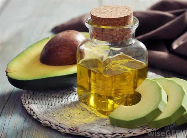 Avokado yağı Avokado meyvesinden elde edilen bu yağ, cildin güzelliğini destekleyici squalenedoymamış yağ asitleri ve antioksidan A, B1, B2, D ve E vitaminleri ile yaşlanma karşıtı ve nemlendirici ürünlerde kullanılıyor. Yumuşatıcı, besleyici ve nemlendirici özellikleriyle olgun, kuru veya hassas ciltler için yapılan ürünlerin formülüne ekleniyor. Orta yoğunlukta akışkanlığa sahip bu yağ tek başına cilde uygulandığında yağlı ve mumsu bir his veriyor. İçerik listesinde Persea Gratissima (Avocado) Oil olarak tanımlanıyor.