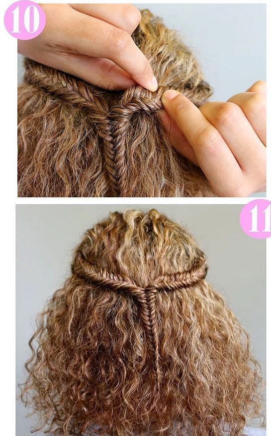 1. Saçınızı ortadan ayırın ve spreyleyin. 2. Eğer bebek saçların çıkmasını istemiyorsanız fırçayla tarayın. Sprey kabarıklığı önleyecektir. 3., 4., 5. Yukarıda öğrendiğimiz yöntemle saç parçasını balık sırtı örüyoruz. 6. 3/4'üne geldiğinde lastikle ucunu bağlıyoruz. 7. Aynı işlemleri diğer saç tutamına da uyguluyoruz. 8. İki saç tutamını bir lastikle birleştiriyoruz. 9. Elbette önceki lastikleri çıkarıyoruz bunun için. Eğer hoşunuza gittiyse yine balık sırtı yöntemiyle birleştirdiğin saçı da örebilirsin. 10. Örgüler kendini daha çok belli etsin diye örgüleri hafifçe gevşetiyoruz.