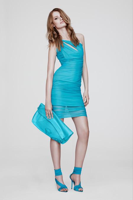 71a9ded8600a5 Son yıllarda klasik kesim ve rengarenk elbise modellerinin dışında işlemeli,  asimetrik kesim ve desenli ve çiçekli modellerde oldukça rağbet görmektedir.