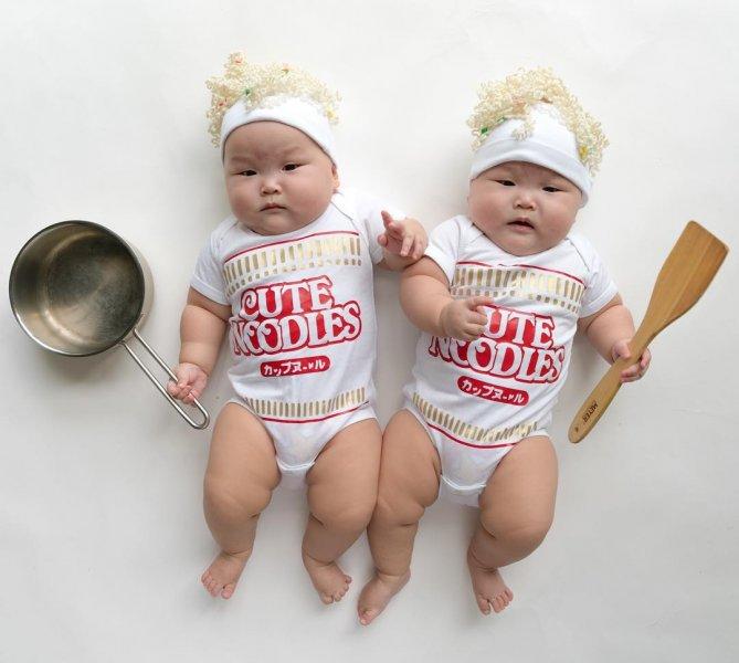 En Tatlı İkiz Bebek Resimleri