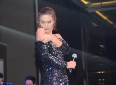 Yıldız Tilbe sahnede üstüne dar gelen elbisenin omuzlarını kesti