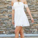 Yazlık Elbise Modelleri ve Şık Kıyafet Kombinleri Omuzları Açık Kısa Dantelli Beyaz Elbise