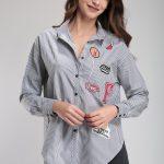 Çizgili Arma Detaylı Spor Kesim Bayan Gömlek Modelleri Şık Kombinler İçin