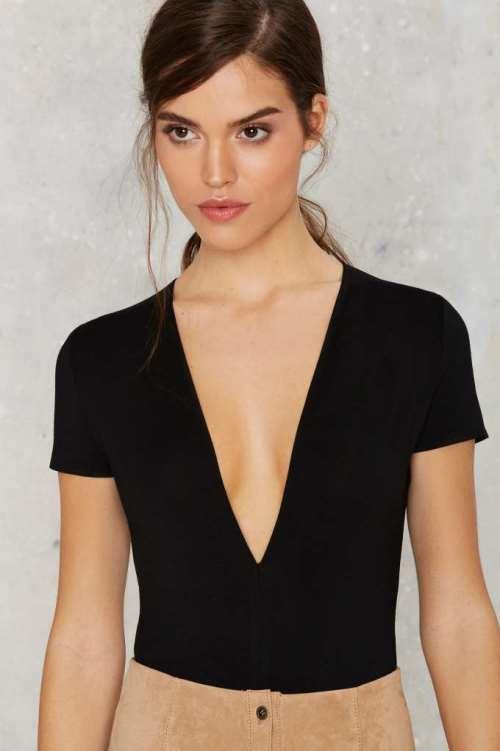 Derin Dekolteli Bluz Kombinleri ve Şık Elbiseler 2019
