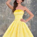 Abiye Modelleri 2019 Kısa Gece Elbiseleri sarı kısa straplez göğüs kısmında kurdela fiyonklu