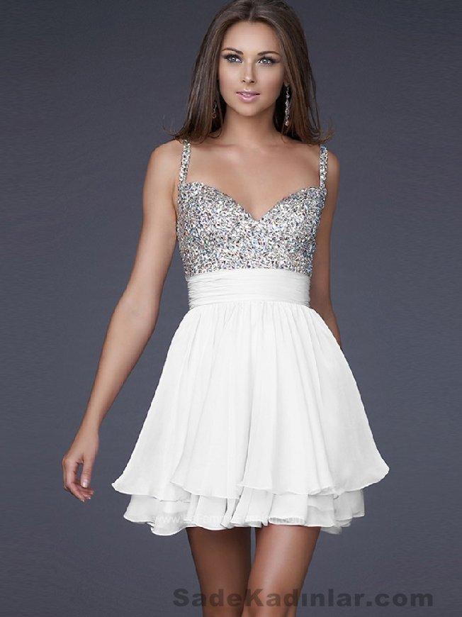 Kısa Gece Elbiseleri 2021 beyaz ve gri renkli ince askılı üst kısmı uzun boncuk süslemeli Abiye Modelleri