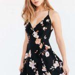 Çiçekli Elbise Modelleri kısa siyah askılı