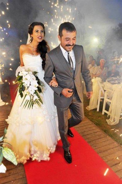 Dizi Setinde Tanışıp Evlenen Ünlüler Ecem Özkaya ve Mustafa Üstündağ