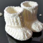 Örgü Bebek Patik Modelleri beyaz renkli bilekten sıralı inci süslemeli