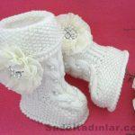 Örgü Bebek Patik Modelleri beyaz renkli önden saç örgü ve incili