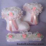 Örgü Bebek Patik Modelleri beyaz renkli yandan tüllü çiçekli