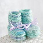 Örgü Bebek Patik Modelleri ebruli renkli bilekten kurdela bağlı